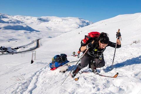 TUNGE TAK: Etter 100 kilometer med bakker som dette under Expedition Amundsen, er Amy Mir fra Vikeså klar for å slappe mer av - på en 750 kilometer lang tur alene.
