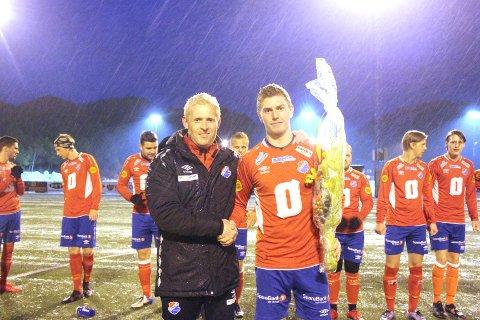 Før onsdagens førsterundekamp mot Lyngdal i NM-kvalifiseringa blei Jan Terje Søyland heidra med blomar for 100 spelte kampar i Eiger-trøya. Nå ventar ei tøff utfordring borte mot Mandalskameratene for Søyland og resten av Eiger-mannskapet.