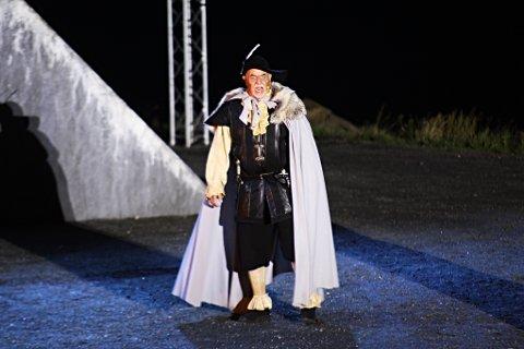 """Torfinn Nag har regissert """"Pytten"""" i tre år. Men i år står han også på scenen, i rollen som den fryktinngytende fogden."""