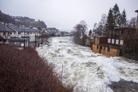 Mange eigedommar langs Moisåna fekk store skader under ekstremværet Synne i desember 2015.