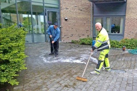 Gode hjelpere tok et tak for å rengjøre uteområdene utenfor Lagård bo- og servicesenter på Godhetsdagen for to år siden.