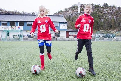 FÅR SPILLE: De yngste fotballspillerne får både trene og spille kamp. Men Eiger FK har ennå ikke fått oversikten over hvor stort frafall det har vært i klubben, etter et langt opphold på grunn av korona. Bildet av Nora Viggen (J12) og Jørgen Omdal (G11) er tatt i en tidligere sammenheng.