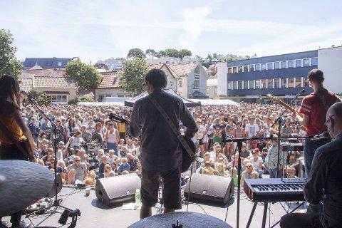 FOLKEFEST: Kommunen er i gang med å planlegge noe for alle og enhver. Arkivfoto av Tønes som spiller på Egersund visefestival.