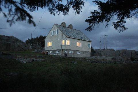 KAN BLI DNT-HYTTE: Politikerne vurderer nå om fyrvokterboligen ved Eigerøy fyr skal leies ut til Stavanger Turistforening. Men noen av politikerne vil garantere at grunneierne er med på laget før avtalen går i boks.