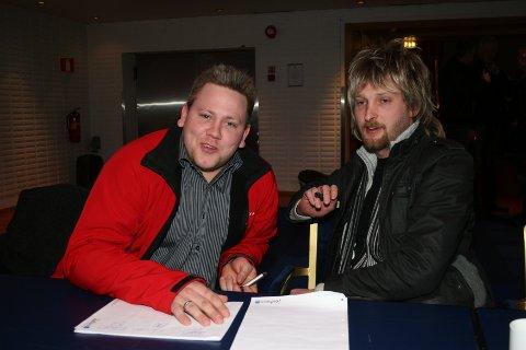 Anders Stene og Kenneth Mydland er strålende fornøyd med utfallet i fylkestinget.