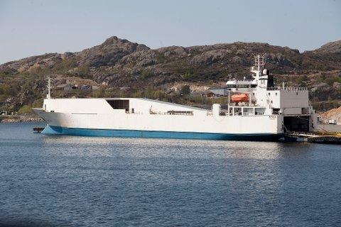 """""""Ahtela"""" seiler med vindmøller fra Esbjerg til Egersund."""