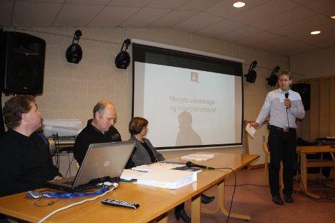NVE-PANEL: Martin Jespersen, Svein Arne Jerstad, Anne Cathrine Sverdrup, alle NVE, fikk innspill fra publikum. Sokndalsordfører Trond Arne Pedersen ledet møtet.