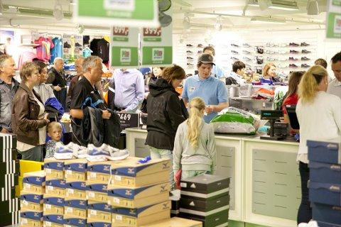 Gode tilbud lokket kundene til Eger Stormarked før klokka sju torsdag.