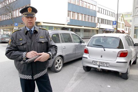 Dette bildet ble tatt da John Mong arbeidet ved politistasjonen i Eigersund. Han er opptatt av at politiet viser seg på byen.