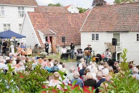 OVERRASKET: Solveig Nyheim fikk Sogndalstrand kulturhotells kulturpris under åpningen av Ladestedets dag på Sogndalstrand. Det var Jan Oddvar Omdal som overrakte prisen som er på 10.000 kroner. FOTO: Gro Eia Østby