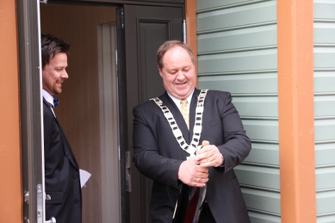 Ordfører Leir Erik Egaas (H) markerte åpningen ved å sprette en flaske champangne. Hotelldirektør Geir Sølve Hebnes Sleveland fulgte spent med.