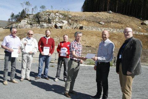 Fra venstre: dalanerådsleder Marthon Skårland, leder i Tonstad IL, Lars Audun Fodstad, Kristian Søyland fra Egersund Karate Kyokushinkai, Kenneth Pedersen fra Eiger, Torbjørn Ognedal, leder i bankrådet for Bjerkreim, Eigersund, Sirdal og Sokndal, Torbjørn Solberg fra skigruppa i Bjerkreim IL og banksjef Arne Stapnes.