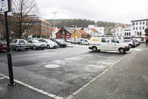 PARKERING TIL BESVÆR: Det er lettere sagt enn gjort å få på plass en ordning med avgiftsparkering i Egersund sentrum.
