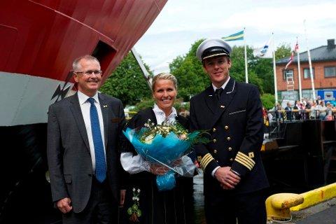 """DÅP: Dagleg leiar i Sandefjord Næringsforening, Marit Sagen Gogstad, døpyte MS """"Oslofjord"""". Til venstre for seg har ho administrerande direktør i Fjord Line, Ingvald Fardal. Kapteinen heiter Nikolay Larsen."""