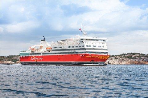 """Fjord Line mener at avtaler mellom Sandefjord kommune og Color Line er konkurransevridende. MS """"Oslofjord"""" seiler mellom Sandefjord og Strømstad, men må ta til takke med seilingstider rederiet er lite fornøyd med."""