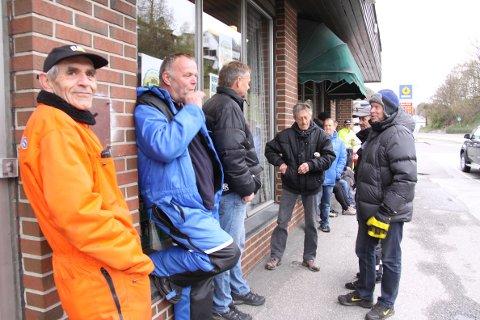 Magne Ellertsen (fremst) og Øyvind Grønning (nummer to f.v.) stod flere timer i kø for å sikre seg billetter til Oktoberfesten i Egersund.