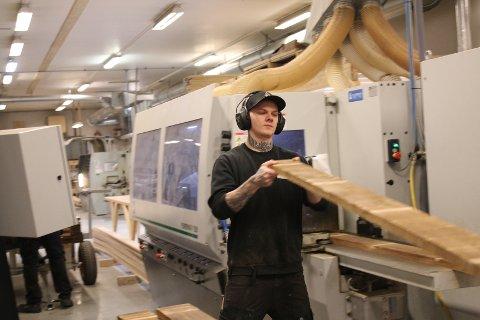 NYTT UTSTYR: Høvelmesteren investerte for nærmare seks millionar kroner i nytt utstyr i fjor. Her er Fredrik Eggum.