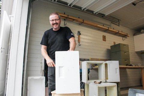 TILBYR POPULÆR VARE: Tore Svanes erfarer at det er lett å selja lokalprodusert honning.