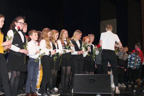 ROSE TIL ALLE: Deltagerne ble samlet på scenen til slutt og fikk rose og diplom.