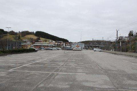 MYE LEDIG: Bare et fåtall av plassene for langtidsparkering er i bruk på jernbanestasjonen på Eie.