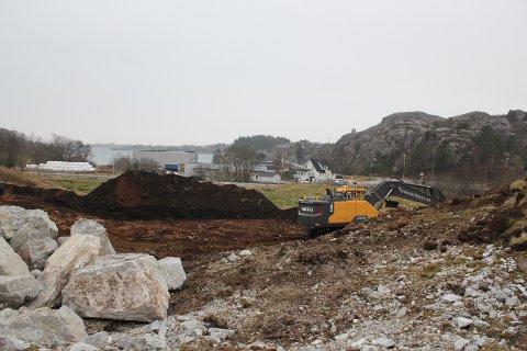 I GANG: Her skal det innen ett år stå ferdig et bygg med sju leiligheter og butikklokaler.