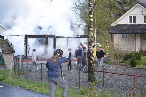 BRANN: Garasjen brant til grunnen.