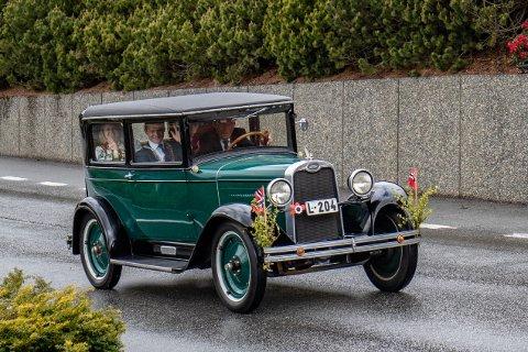 FØRST I KORTESJEN: Ordførar Kjetil Slettebø var passasjer i framsetet på den 92 år gamle veteranen til Nils Moi. I baksetet sat varaordførar Tone Vaule.