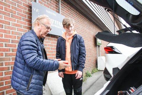 MÅTTE VENTA: Sondre Nuland Ruud køyrde opp på onsdag, ein månad etter planen. Her er han med køyrelærar Birger Johannessen.