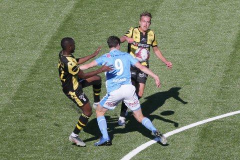 FEIL: Ulfs Jostein Ekeland misser i et mottak og taper ballen til EIK. Sekunder senere ligger ballen i mål bak en feilplassert keeper.