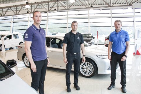 SEL GODT: Kim Wetteland-Skåra, Kristoffer Mortensen og Ørjan Feyling Andersen har seld mange bilar dei siste månadene.