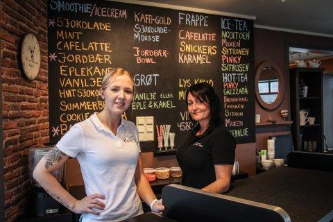 NYTT TILSKUDD: Kristiane Sleveland (t.v.) og Lise Morsund har åpnet en smoothiebar midt i Egersund sentrum.