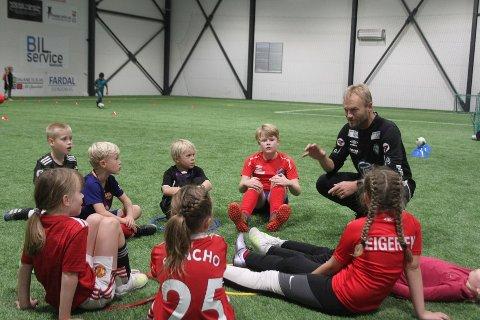 ENGASJERT: Owe Salvesen er engasjert når han formidler og deler av sin fotballkunnskap.