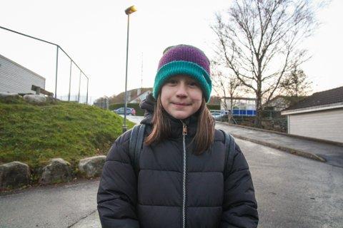 """AKSJONSMARSJ: Izabella Piotrowska (10) synes det er dumt at barn på hennes egen alder blir giftet bort i andre land. Derfor ville hun bli med på """"Varbergmarsjen""""."""