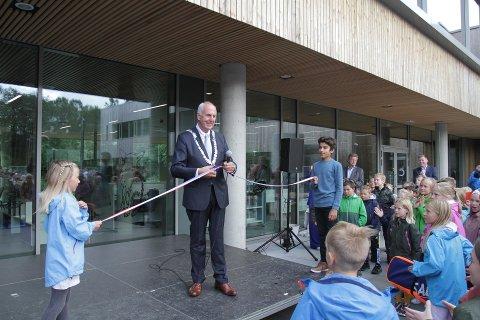 Det var ordfører Stanley Wirak som sto for selve snorklippingen da Figgjo skole åpnet i fjor.