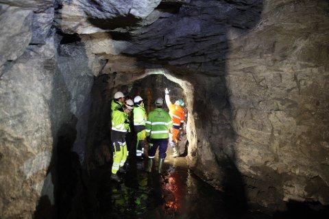 HER ER PROBLEMET: Langt inne i bakken under Sandbekk har sandkorn for sandkorn lekket inn i de gamle gruvegangene.