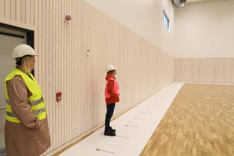 MASSIV GYMSAL: – Djeeezus! utbryter Eric Aase Olsen når han får se gymsalen for første gang. Rektor Ingvil Fisketjøn visste godt at han ville bli imponert.