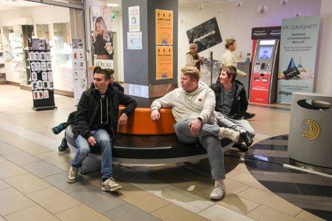 KJENNER SEG FORSKJELLSBEHANDLET: Sebastian Solli (t.v.), Trym Talgø Olsen og Markus Stoknes reagerer på at de blir bortvist fra Amfi Eikunda. Har egentlig senterledelsen loven på sin side?