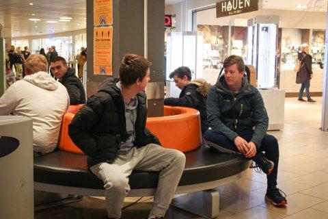 MØTEPLASS: Et kjøpesenter er en naturlig møteplass, også for ungdom. Men 14 år gamle Markus Stoknes (t.v.) og 16 år gamle Sondre Talgø Olsen (t.h.) føler seg ikke helt velkomne.