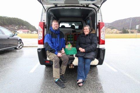 LOKALE GÅRDSPRODUKTER: Kai Olaf og Ramona Hetland solgte honning og vaktelegg under Dalane Rekos første utlevering lørdag.