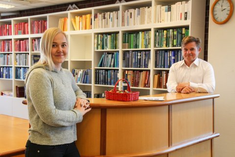 NY TID: Saksbehandler Aleksandra Johnsen og dommer Alexander Schønemann ved Egersund tinghus feiret mandag med kake. Nå er de offisielt en del av Sør-Rogaland tingrett.