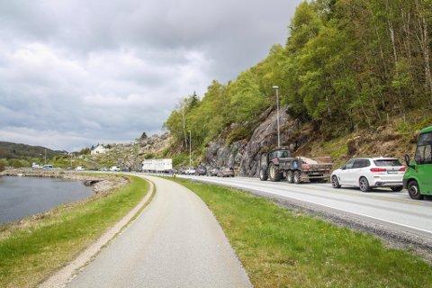 LANG KØ: Arbeidet på Tengs bru har ført til lange køer i perioder. Nå har fylkeskommunen bedt Mesta om å sette ut flere skilt for å informere bilistene bedre.