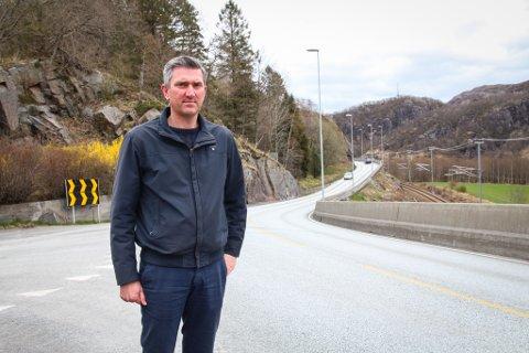 FÅR STØTTE PÅ STORTINGET: Eigersund-ordfører Odd Stangeland (Ap), her fotografert i det svingete partiet ved Lomeland, kjemper for en bedre tilførselsvei mellom Egersund og nye E39. Nå får han hjelp fra Arbeiderpartiet nasjonalt.