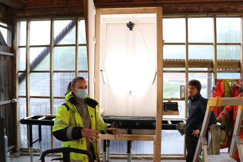 GRUVEDRIFT MED HJEMMEKONTOR: Da korona-restriksjoner gjorde det vanskelig å få eksperter til Dalane for å analysere boreprøvene til Norge Mining, lagde selskapet denne løsningen for å ta detaljerte bilder av prøvene i stedet. Bildene kan så analyseres over nettet av eksperter i andre land, forklarte operasjonsdirektør Monika Øksnes (med munnbind). Til høyre i bildet står Magne Often, som jobber med analyser på stedet.