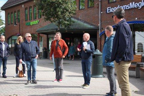 BEFARING: Plansjef i Eigersund kommune, Dag Kjetil Tonheim (nummer tre fra høyre) tok mandag med seg planteknisk utvalg, pluss et par andre interesserte, på befaring på Torget i Egersund. Her fikk politikerne høre om kommunens planer for det framtidige Torget.
