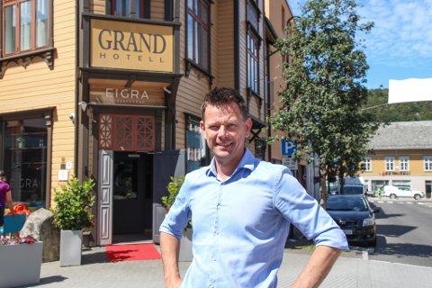FULL RULLE IGJEN: Hotelldirektør Geir Sølve Hebnes Sleveland har travle dager på jobb. Det har vært noe av det mest utfordrende med pandemien, forteller han: Å gå fra null til hundre på kort tid.