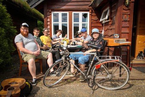 BRILLEJESUS: Egentlig bruker ikke alle briller, men det er vel en del av gimmicken. Foran står sykkelen brilleaposten Cyril Jacob syklet på fra Stavanger til Egersund. Han er ikke med på bildet, da han var opptatt med noe helt annet. Fra venstre er Nils Salthe (sjåfør og gitarist Jon Salthes bror), Simen Amundrud (trommis), Kevin Yelenik (gitarist), Espen Eidem (bassist), Jon Salthe (gitarist), Ådne Sæverud (organist) og Ebbe Helberg (vokalist).
