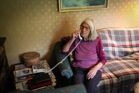 ER DET LYD? Torbjørg Ege tester ut fasttelefonen. Ja, det er lyd i den. Dattera Marit råder henne til å ta av røret fra nå og da for å sjekke at den fortsatt funker.