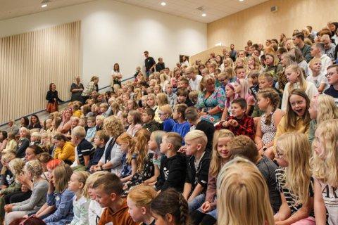 FØRSTE SAMLING: De aller fleste elevene fikk se innsida av den nye skolen sin for første gang mandag.