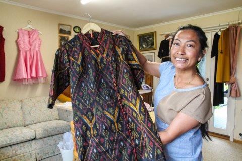 STOR VARIASJON: Her har Orn Bungorn Chikunha sydd en typisk thailandsk kjole. Men mange av hennes andre design er mer moderne enn tradisjonelle.