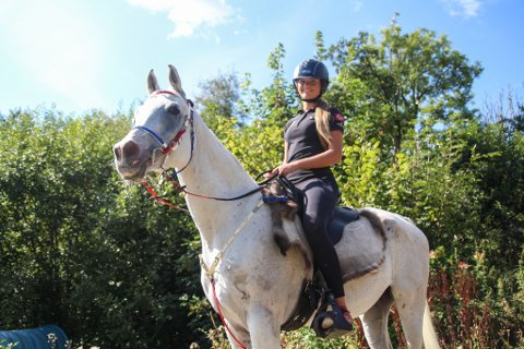 VM-KLARE: Sofie Dahl Larsen (19) er klar for junior VM i langdistanseriding. Lunddølen og hesten Al Samah har gjort det godt i flere mesterskap tidligere.